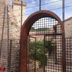 Portone in lamiera Corten presso Torre Capodacqua - Foligno (Pg)