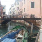 Ponte in acciaio con finiture in legno - Venezia